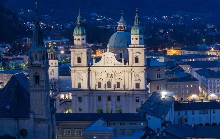 Salzburg v noci (zdroj: pixabay.com)