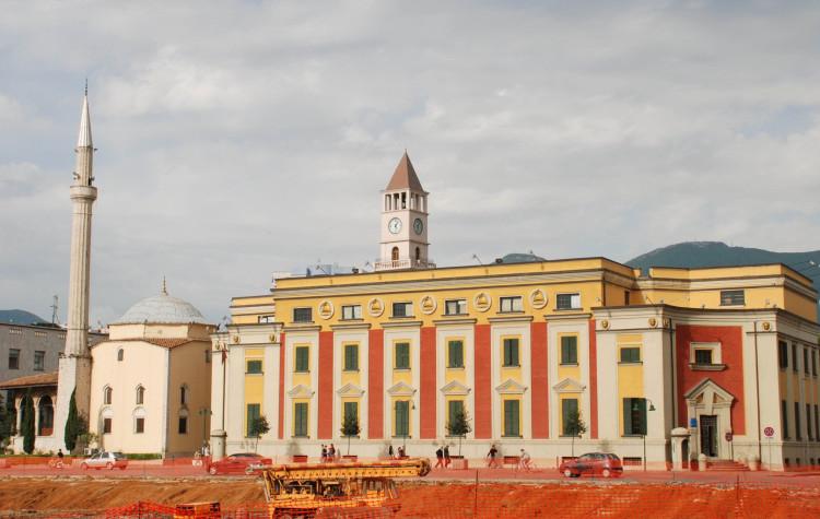 Tirana je mesto plné kontrastov (zdroj: pixabay.com)
