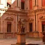 univerzita bologna nádvorie socha
