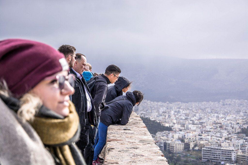 turisti v aténach na akropole