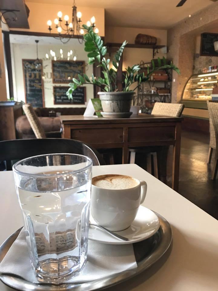 šálka kávy v cafe gusto v žiline