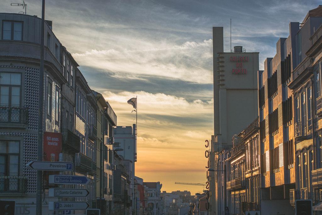 ulice v porte pri západe slnka